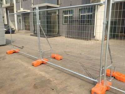 There are portable bracings installed on the Australian temporary fence panels.