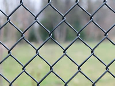 A detail show of the wire mesh of a portable chain link fence.